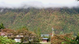 中尾も足湯から10/15の午前10時撮影。近くの山も紅葉してきました。